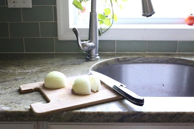 kitchen-hacks-and-cooking-tricks-cutting-onions