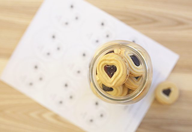 how-to-make-store-bought-cookies-into-pretty-holiday-gifts