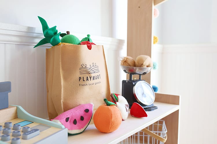 Are you looking for easy DIY felt food patterns, ideas, and templates for kids? This play food tutorial shows you how to make adorable fruits and vegetables for a play grocery store or kitchen!