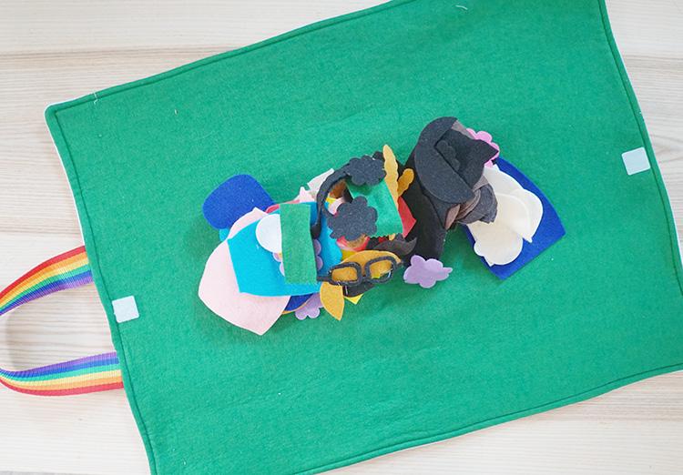 Felt play mat that fold into a tote bag